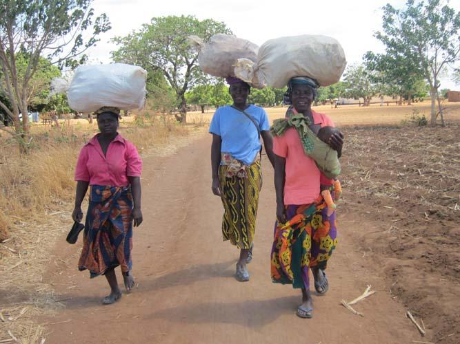 Tre kvinnor som bär
